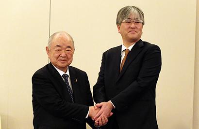 アークスの横山清社長(左)とオータニの大谷章社長(3月29日の記者会見)