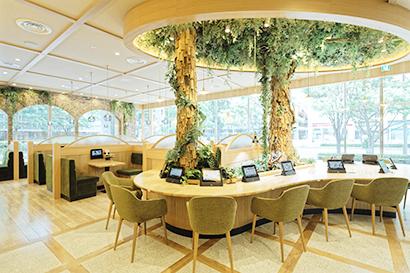 地球環境に配慮したサステナブルな店の象徴として、大きな再生の木が2本立てられた「KOMEDA is □(コメダイズ)」の店内