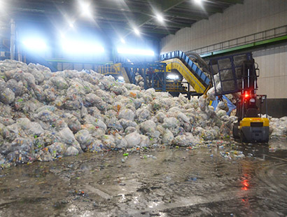 回収されたPETボトルなどが集まる。水洗浄を施した後に選別作業などがされる(ガラスリソーシング)