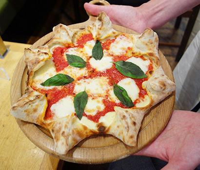 レストラン一押しの「太陽のピザ」