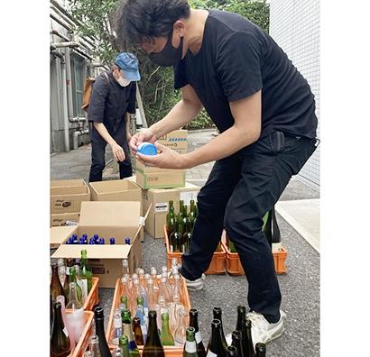 酒瓶がアート作品に 白鶴酒造が原材料提供
