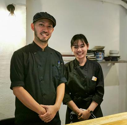 「スタッフには助けられている」と話す内川智貴さん。右はトンロー本店のディアさん=タイ・バンコクで小堀晋一が9月20日写す