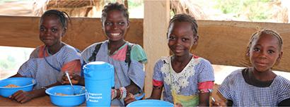 1投稿120円、4人の子どもたちに給食が届く (c)WFP/Simon Pierre Diouf
