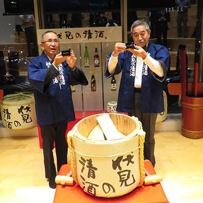 増田徳兵衞理事長(右)と榊田隆之理事長
