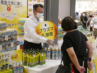 キリンビバレッジ・堀口英樹社長、「プラズマ乳酸菌」配合新飲料配布しPR